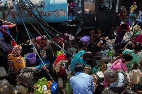 توزیع با تانکر آب بین 10 میلیون نفر از شهروندان شهر دهلی هند به دلیل قطع سیستم لوله کشی بخش های بزرگی از این شهر