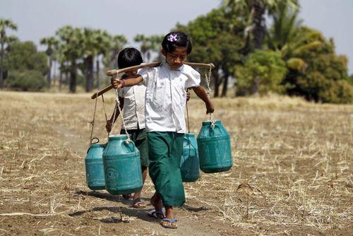 کودکان روستایی در میانمار در حال حمل آب
