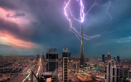 برخورد رعد و برق به برج خلیفه در دوبی