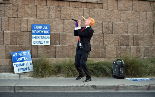 اعتراض یکی از مخالفان دونالد ترامپ نامزد جمهوریخواه انتخابات ریاست جمهوری آمریکا در مقابل هتل محل اقامت او در لاس وگاس ایالت نوادا