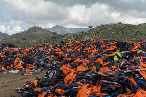صدها جلیقه نجات انباشته شده متعلق به پناهجویان خاورمیانه ای در جزیره لسبوس یونان