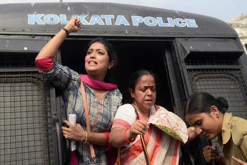 دستگیری چند معلم در جریان تظاهرات صدها معلم زن هندی در شهر کلکته که نسبت به حقوق و مزایای شغلی شان معترض بودند