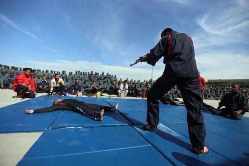 نمایش تمرینات رزمی در جریان مراسم فارغ التحصیلی افسران پلیس افغانستان- هرات