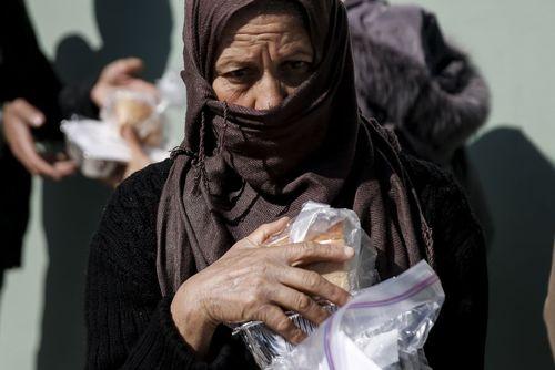 توزیع غذا میان پناهجویان در اردوگاهی در نزدیکی شهر آتن یونان
