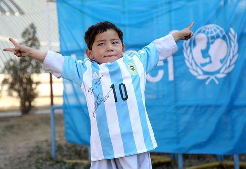 مرتضی احمدی کودک افغان شادمان از پوشیدن پیراهن با امضای لیونل مسی بازیکن تیم ملی فوتبال آرژانتین