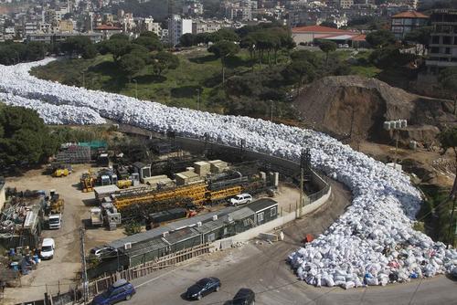چیدن زباله های انباشته شده شهر بیروت در گوشه یک بلوار در این شهر