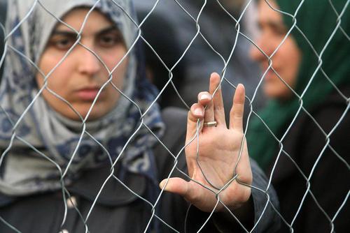 تظاهرات پناهجویان خاورمیانه ای پشت حصارهای مرزی بین یونان و مقدونیه