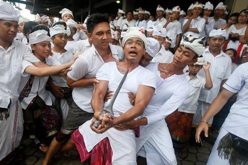 اجرای یک مراسم آیینی در معبدی در بالی اندونزی