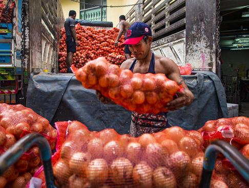 تخلیه بار پیاز در بازار سبزیجات بانکوک