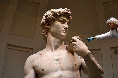 تمیز کردن مجسمه ها در فلورانس ایتالیا