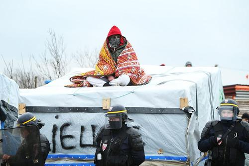 ادامه عملیات پلیس فرانسه برای جمع آوری اردوگاه پناهجویان موسوم به جنگل در شهر بندری کاله فرانسه و انتقال حدود 2 هزار پناهجو به اردوگاهی جدید