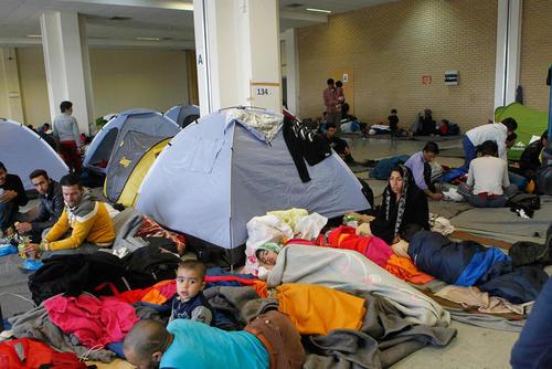 اسکان دادن صدها پناهجوی خاورمیانه ای در ترمینال یک فرودگاه قدیمی در دست بازسازی در آتن یونان