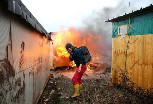 یک فعال حقوق بشر فرانسوی در حال کمک به پناهجویان در اردوگاه موسوم به جنگل در شهر بندری کاله فرانسه.پلیس فرانسه در 3 روز گذشته اقدام به جمع آوری این اردوگاه و انتقال پناهجویان به اردوگاهی جدید کرده است