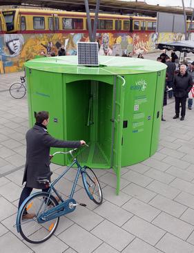 پارکینگ های مخصوص دوچرخه در شهر برلین آلمان. قرار است 250 پارکینگ جدید که هر کدام قابلیت جادادن 10 دوچرخه را دارد در سال 2016 در سرتاسر برلین تعبیه شود