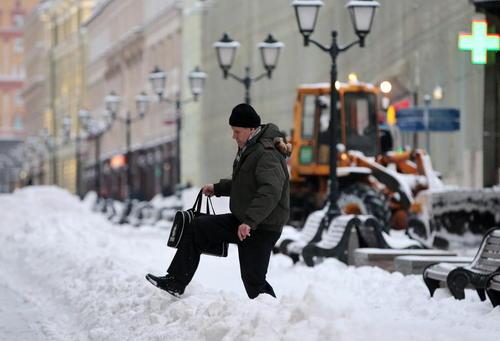 عبور یک مرد از خیابان برفی