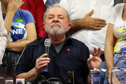 نشست خبری لوییس ایناسیو لولا داسیلوا رییس جمهور سابق برزیل پس از بازجویی 4 ساعته از او در سائوپائولو برزیل. داسیلوا متهم به اختلاس 2 میلیارد دلاری از یک شرکت نفتی دولتی برزیل است