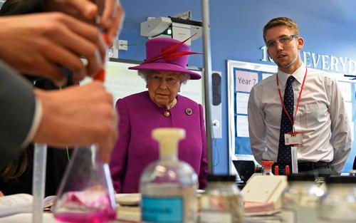 بازدید ملکه بریتانیا از کلاس شیمی مدرسه ای در لندن