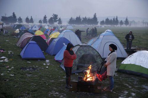 دختران در اردوگاه پناهجویان در مرز یونان - مقدونیه