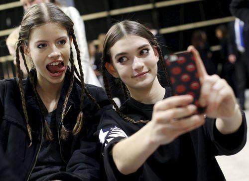 مدل ها در حال سلفی در نمایش مد میلان