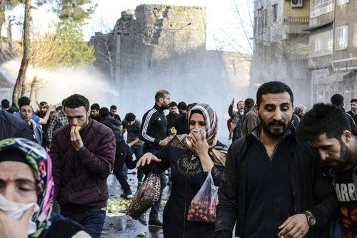 مردم در حال فرار از گاز اشک آور در دیاربکر ترکیه