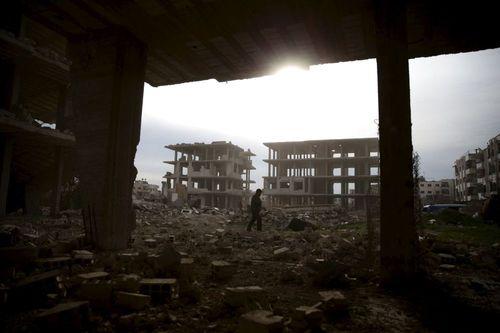 مردی در میان ویرانه های « جوبار» در حومه دمشق
