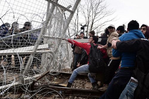 پناهجویان در حال از بین بردن حصار در مرز یونان - مقدونیه