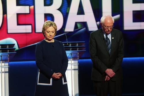 یک دقیقه سکوت دو نامزد انتخاباتی دموکرات به احترام نانسی ریگان پیش از انجام مناظره به میزبانی سی ان ان در شهر فلینت ایالت میشیگان