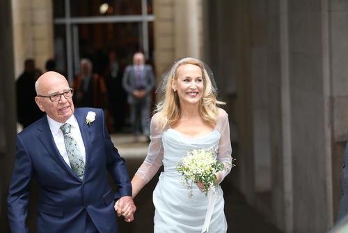 ازدواج روپرت مرداک در 85 سالگی با مدل سابق آمریکایی جری هال در کلیسایی در لندن . مرداک سرمایه دار آمریکایی – استرالیایی و صاحب غول رسانه ای