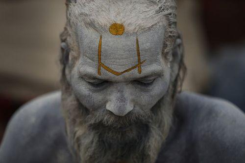 مرد هندو در معبدی در کاتماندو نپال