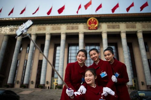 سلفی گرفتن در مقابل ساختمان کنگره ملی خلق چین در پکن
