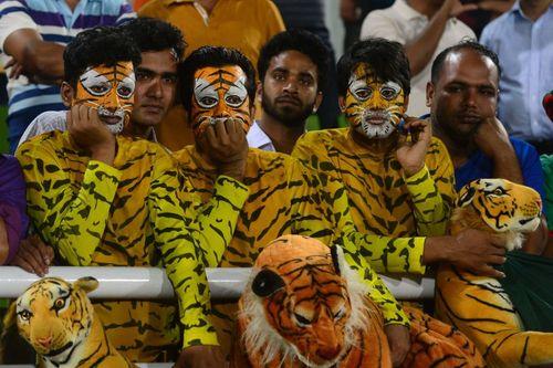 طرفداران تیم ملی کریکت بنگلادش در حال تماشای بازی تیمشان در فینال بازی های آسیایی در استادیومی در شهر داکا