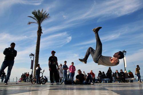 پشتک زدن یک پناهجوی 20 ساله سوری در ساحل بیروت