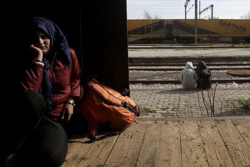 انتظار کشیدن پناهجویان خاورمیانه ای در مرز یونان و مقدونیه