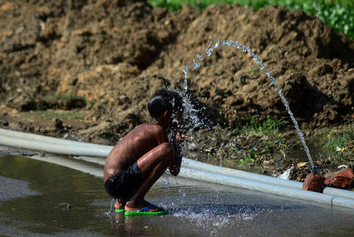 کودک هندی در حال استحمام – الله آباد