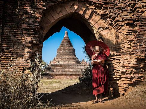 یک راهب بودایی در میانمار