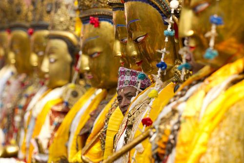 آماده سازی مجسمه های بودا برای جشنواره سالانه سایماک در لالیتپور نپال
