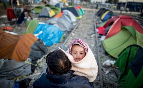 بلا تکلیفی هزاران پناهجوی خاورمیانه ای در مرز بسته شده بین یونان و مقدونیه
