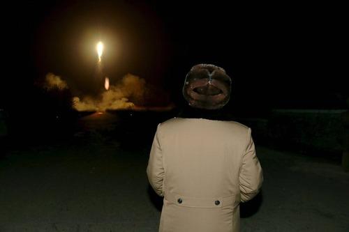 کیم جونگ اون رهبر کره شمالی در حال تماشای آزمایش اخیر موشکی این کشور