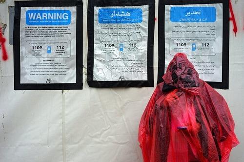 هشدارهایی به سه زبان عربی، فارسی و انگلیسی برای پناهجویان  در منطقه مرزی یونان و مقدونیه