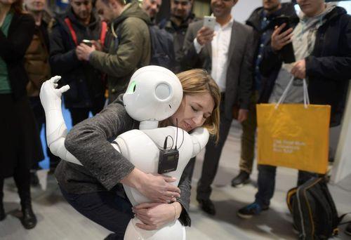 در آغوش گرفتن روبات انسان نما در نمایشگاه کامپیوتر و نرم افزار در هانوفر آلمان