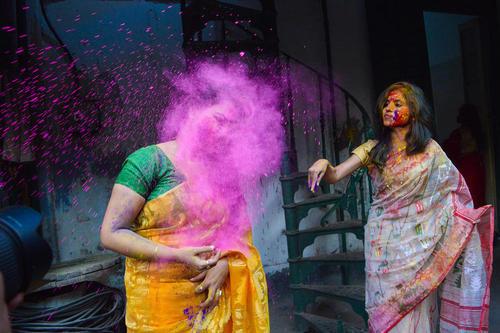 جشن پودر رنگ دانشجویان دانشگاه رابیندرا بهاراتی در کلکته هند