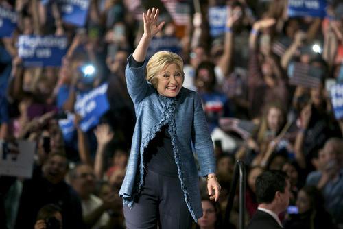 شادمانی هیلاری کلینتون نامزد دموکرات انتخابات ریاست جمهوری آمریکا پس از برنده شدن در انتخابات مقدماتی در 3 ایالت – پالم بیچ فلوریدا