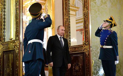 ولادیمیر پوتین رییس جمهوری روسیه در مراسم استقبال از محمد ششم پادشاه مراکش در کرملین