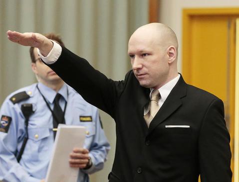 قاتل معروف نروژی به دلیل اعتراض به شرایط نقض حقوق او در زندان به دادگاه شکایت کرده است و در جلسه دادگاهش در حال احترام به شیوه نازی هاست