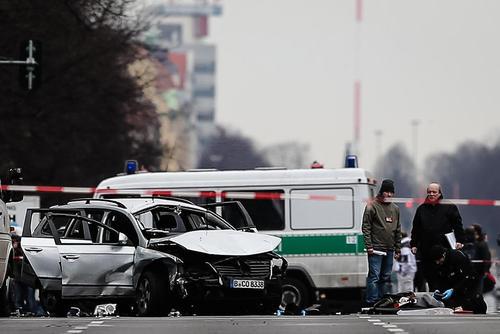 صحنه انفجار یک خودرو در برلین آلمان. پلیس برلین اعلام کرده است این حادثه در اثر درگیری بین گروه های تبهکار قاچاق مواد مخدر بوده است