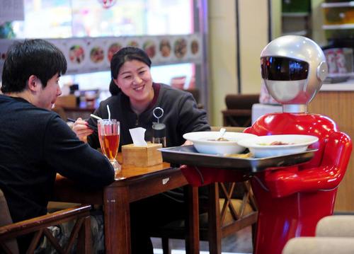 روبات گارسون در رستورانی در شنیانگ چین