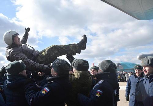 استقبال از سربازان روسی بازگشته از جبهه سوریه در یک پایگاه نظامی در این کشور