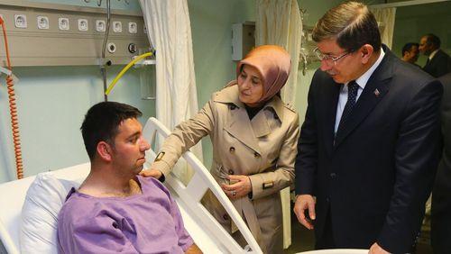 عیادت نخست وزیر ترکیه و همسرش از مصدومان انفجار تروریستی عصر یکشنبه آنکارا در بیمارستانی در این شهر