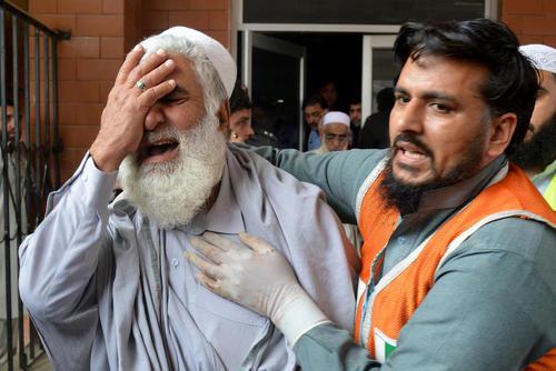 کشته شدن همه اعضای خانواده یک مرد پاکستانی در انفجار تروریستی در یک اتوبوس درشهر پیشاور