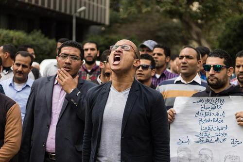 تظاهرات تحصیلکرده های مقاطع دکترا و فوق لیسانس در اعتراض به بیکاری در مقابل پارلمان مصر در قاهره